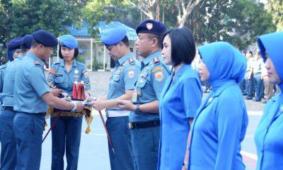 Danlantamal III Berikan Penghargaan Kepada Prajurit dan Jalasenastri Berprestasi. (FOTO: NUSANTARANEWS.CO/Dispen Lantamal/M. Pundjung T)