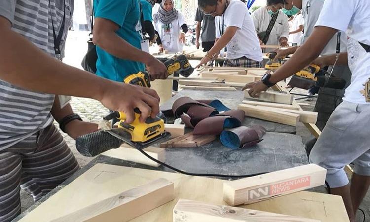 Para Pegiat Komunitas DIY Mempraktekkan Pengerjaan Furniture