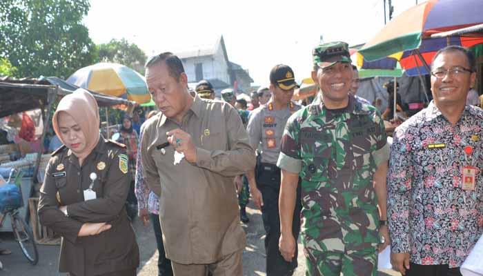 Pemkot Mojokerto dan Danrem 082CPYJ Sidak Harga Sembako. (FOTO: NUSANTARANEWS.CO/Penrem081/Candra Yuniarti)