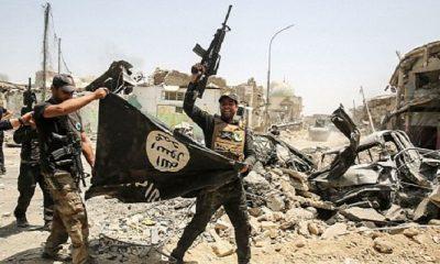 Anggota pasukan kontra terorisme Irak saat membawa bendera hitam milik ISIS pada Juli 2017. (Foto: AFP/Getty Images)Anggota pasukan kontra terorisme Irak saat membawa bendera hitam milik ISIS pada Juli 2017. (Foto: AFP/Getty Images)