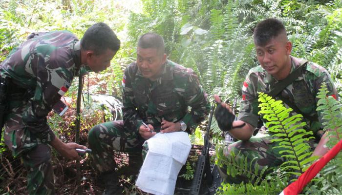 Satgas Pamtas Raider 500 Sikatan Cek Kondisi Patok Batas. (FOTO: NUSANTARANEWS.CO/Puspen Kodam V/Brawijaya)