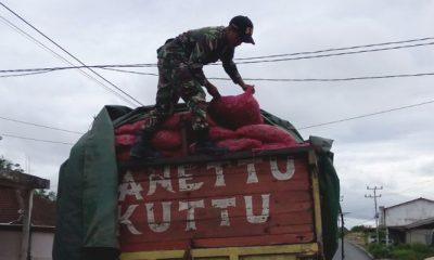 Satgas Pamtas TNI AD Amankan 6 Ton Bawang Merah Ilegal asal Malaysia. (FOTO: NUSANTARANEWS.CO/Timbul Moedjihartoyo/pen81)