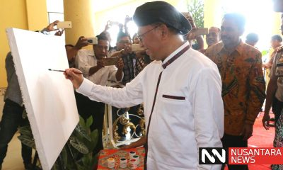 Bupati Sumenep KH Abuya Busyro Karim mengunjungi evet pameran Lukisan Pesona Indonesia di Gedung Adipoday Sumenep Madura Jawa Timur, Selasa (1/5/2018). (Foto: M Mahdi/NusantaraNews)