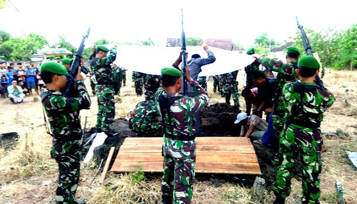 Upacara pemakaman militer jenazah anggota Almarhum Serma Mu'iz di Dsn. Waringin Anom, Pringgoboyo, Maduran, Lamongan. (FOTO: NUSANTARANEWS.CO/CPYJ)