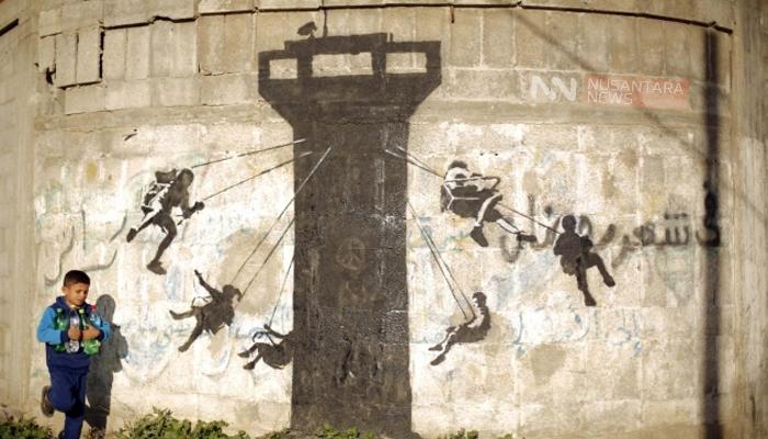 Wajah Tuhan di Gaza (Ilustrasi) - Grafiti stensil karya seniman jalanan Inggris hebohkan warga Gaza. (FOTO: NUSANTARANEWS.CO/IStimewa)