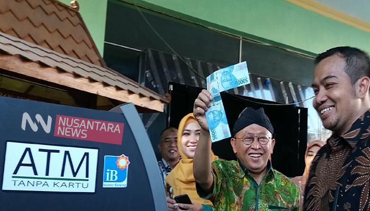Bupati Sumenep beserta ibu melakukan penarikan di ATM tanpa kartu di BPRS Bhakti Sumenep, didampingi Dirut BPRS Novi Sujatmiko. (FOTO: NUSANTARANEWS.CO/Hamdi)