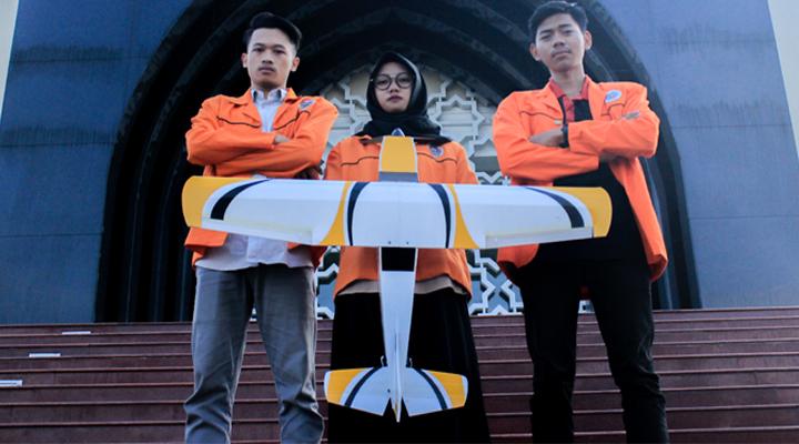 Muhammad Hamam Iqbal (kiri), Eka Fitriyani(tengah), Rochmat Diantoro (kanan). (FOTO: NUSANTARANEWS.CO/PKM-KC)