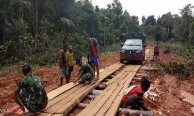 Perbaikan Jalan Anggota TNI Bersama Warga Kampung Kombut, Papua (Foto Dok. Nusantaranews)