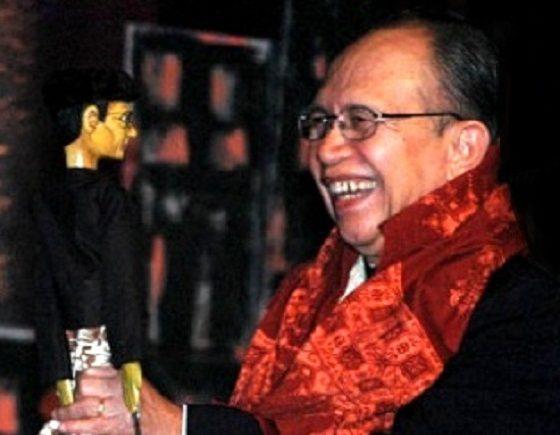 Saini KM menerima wayang golek dari Radhar Panca Dahana di malam penganugerahan Federasi Teater Indonesia 2012 di Taman Budaya, Bandung, Jawa Barat, Rabu (25/1/2012). Saini terpilih menjadi Tokoh Teater Indonesia 2012. (FOTO: TEMPO)