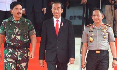 Panglima TNI Marsekal Hadi Tjahjanto (kiri), Presiden Joko Widodo (tengah), dan Kepala Polri Jenderal Tito Karnavian. (Foto: Dok. Antara)