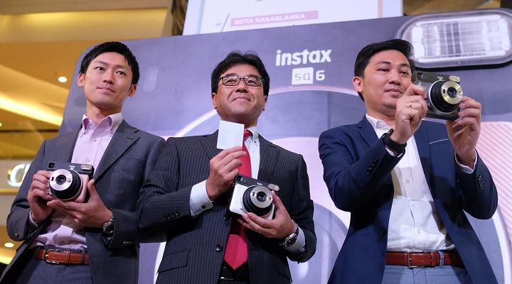 (dari ki-kanan) Takuya Asano, Photo Imaging Advisor Fujifilm Indonesia, Noriyuki Kawakubo, President Director Fujifilm Indonesia, Johanes J. Rampi. (FOTO: Falencia)