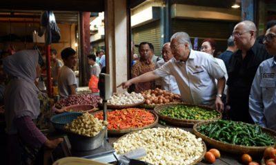 Menteri Perdagangan (Mendag) Enggartiasto Lukita di Pasar Astana Anyar. Di pasar tersebut, harga barang kebutuhan pokok juga relatif stabil dan dipastikan stabil serta terkendali hingga Lebaran. (FOTO: NUSANTARANEWS.CO/HUmas Kemendag)