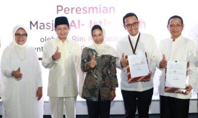 Menteri BUMN Rini M. Soemarno (tengah) bersama Imam Besar Masjid Istiqlal Prof. Dr. K.H Nasaruddin Umar, M.A (ketiga kiri), Direktur Utama Telkom Alex J, Sinaga (kiri), berfoto bersama usai Peresmian Smar Mosque Al Istiqomah di Telkom Landmark Tower