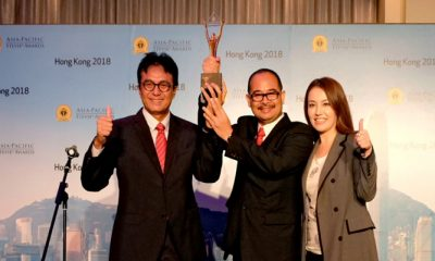VP Enterprise Parenting Operation Telkom Bagyo Nugroho (tengah) dan EVP Divisi Enterprise Service Telkom Judi Achmadi (kiri) serta Korean Network EBS Host Lisa Kelley (kanan) usai Telkom menerima penghargaan tertinggi Grand Stevie Awards for Organization of the Year 2018 di Hong Kong (1/6). (FOTO: NUSANTARANEWS.CO/Humas Telkom)