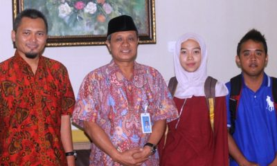 Rektor UMK Dr. Suparnyo (berpeci) didampingi Mutohhar M.Pd foto bersama dua mahasiswa UMK yang akan mengikuti forum internasional di Singapore. (FOTO: NUSANTARANEWS.CO/Humas UMK)