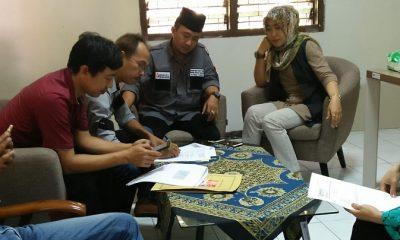 Tim paslon Khofifah-Emil saat di Panwaslu atas laporan pelanggaran Pilgub Jatim. (FOTO: NUSANTARANEWS.CO/Setya)