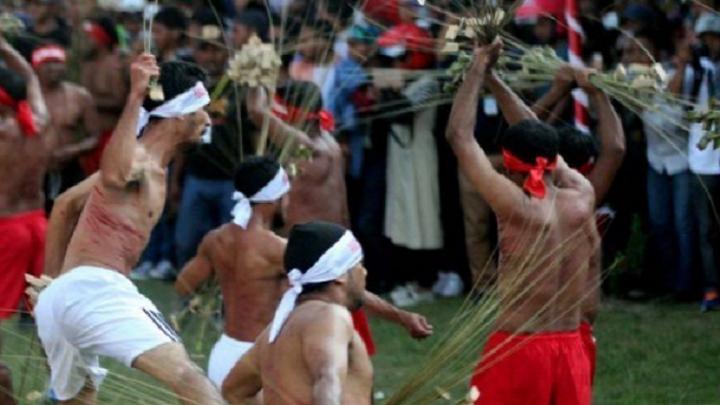 Upacara Pukul Manyapu. (FOTO: wartamaluku.com)