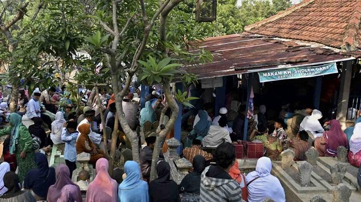 doa bersama di makam KH Sholeh Darat (Haji Muhammad Sholeh bin Umar Assamarani) pada haul ke-117. (Foto/Ilustrasi: Viva)