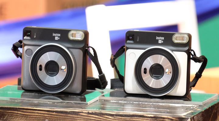 Produk Fujifilm instax SQUARE SQ6 berwarna Pearl White, Dark Silver. Selain kedua warna ini, terdapat juga warna Blush Gold dengan kesan premium dan elegan. (FOTO: Falencia)