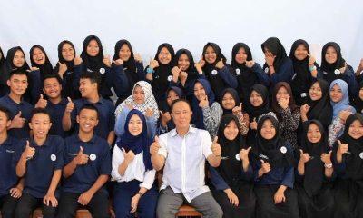 Aa Zaki Foto Bersama dengan Para Siswa SMA Doa Bangsa (Foto Credit)