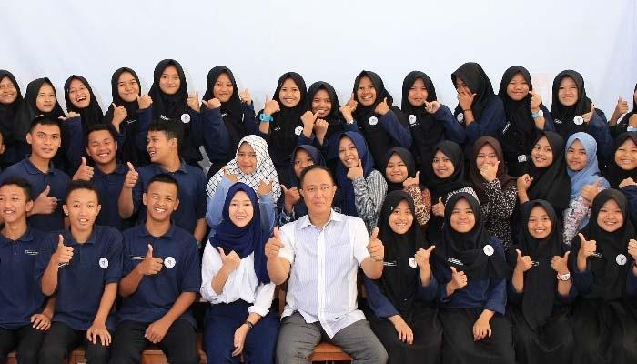 Aa Zaki Foto Bersama dengan Para Siswa SMA Doa Bangsa