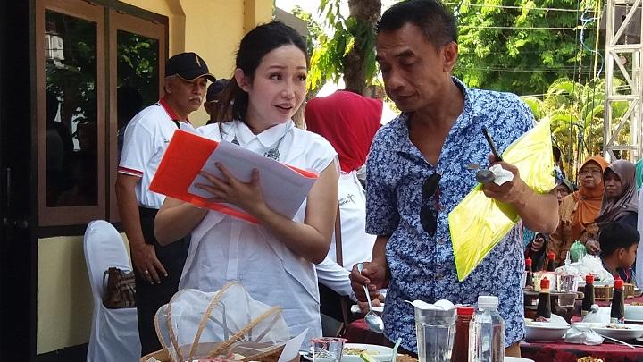 Chef Ririn Marinka Cicipi Soto Sabrang di Festival Kuliner Nusantara 2018. (FOTO: NUSANTARANEWS.CO/M. Mahdi)