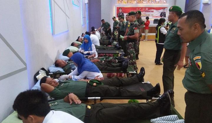 Dandim 0815 Mojokerto Beserta Anggota Sumbangkan Darah Di Hari Bhayangkara. (FOTO: NUSANTARANEWS.CO/Penrem 082/CPYJ)