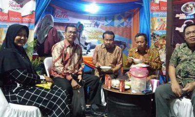 Imam Trisnohadi tengah saat mengunjungi stand WMS di Jalan Trunojoyo Sumenep. (FOTO: NUSANTARANEWS.CO/Mahdi Al Habib)