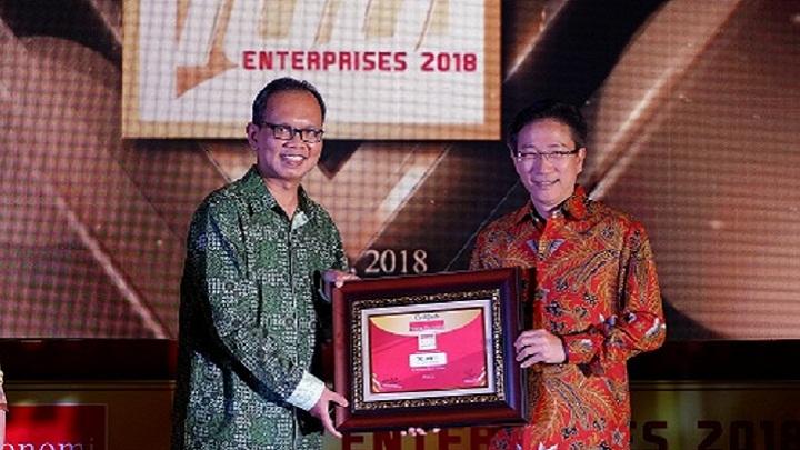 Director and Chief Agency Officer Sequis Life Edisjah menerima penghargaan Warta Ekonomi (WE) Top 100 Enterprises 2018. (FOTO: NUSANTARANEWS.CO/Humas Sequis)