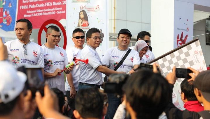 Direktur Utama PT Telkom Indonesia (Persero) Tbk (Telkom) Alex J.Sinaga (keempat dari kiri) bersama Deputi Bidang Usaha Energi Logistik dan Kawasan Pariwisata Kementerian BUMN Edwin Hidayat Abdullah (ketiga dari kanan), Mantan Atlet Tinju Nasional Chris John dan jajaran direksi Telkom membuka kegiatan jalan gembira Funtastic Day dalam rangka memperingati HUT Telkom ke-53 di Telkom Landmark Tower, Minggu (15/7). Kegiatan yang melibatkan seluruh karyawan TelkomGroup ini juga merupakan bentuk peran aktif TelkomGroup untuk mempromosikan dan menyukseskan penyelenggaraan Asian Games 2018 dimana Telkom selain sebagai Official Prestige Telco Partner Asian Games 2018 juga mendukung kesuksesan penyelenggaraan melalui penyediaan infrastruktur Information and Communication Technology (ICT) Asian Games 2018, demi nama baik bangsa dan negara. (FOTO: NUSANTARANEWS.CO/Humas Telkom)