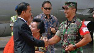 Jokowi Berjabat Tangan Dengan Letjen Andika Perkasa (Foto Istimewa).