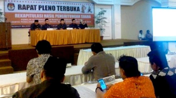 KPU Rapat Pleno Terbuka Rekapitulasi Penghitungan Suara Pilkada Serentak Pilgub Jatim dan Pilbup Bondowoso 2018. (FOTO: NUSANTARANEWS.CO/Saphan)