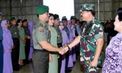 Letjen Andika Perkasa saat berjabat tangan dengan Panlima TNI Marsekal Hadi Tjahjanto. (FOTO: Istimewa)
