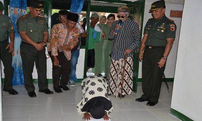 Menjelang HUT Korem 082/CPYJ, Kolonel Arm Budi Suwanto memberikan berbagai kejutan bagi warga Tuban dengan cara rehab rumah mbah Wiji. (FOTO: NUSANTARANEWS.CO/Penrem082/CPYJ)