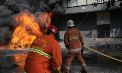 Petugas Memadamkan Api