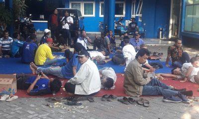 Puluhan kader PAN asal Kabupaten Lamongan terlihat duduk bergerombol di halaman kantor DPW PAN Jawa Timur pada Senin (31/7/2018). (FOTO: NUSANTARANEWS.CO/Setya)
