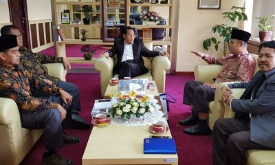 Rektor Universitas Sultan Syarif Kasim Riau, Akhmad Mujahid, saat bertemu Direktur Jenderal Pendidikan Islam Kamarudin Amin di ruang kerjanya, Senin (30/7/2018). (FOTO: NUSANTARANEWS.CO/RB)
