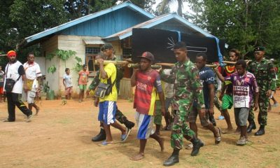 Satgas Pamtas Raider 500Sikatan Gotong Jenazah Warga. (FOTO: NUSANTARANEWS.CO/Sidik)