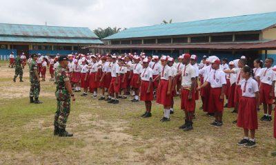 Satgas Raider 500Sikatan Gembleng Peserta Masa Orientasi Siswa di SLTPN 1, Tanah Merah, Distrik Mandobo, Kabupaten Boven Digoel, Papua. (FOTO: NUSANTARANEWS.CO/Sidik Wiyono)