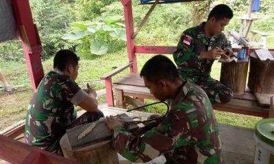 Satgas Raider 500Sikatan Sulap Olahan Limbah Jadi Ukiran Kaligrafi. (FOTO: NUSANTARANEWS.CO/Sidik Wiyono)