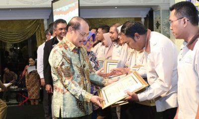 Sekdaprov Jatim didampingi KaDinsos Jatim Serahkan Hadiah Lomba Inovasi SPM PKH Jatim 2018. (FOTO: NUSANTARANEWS.CO/Setya TW)