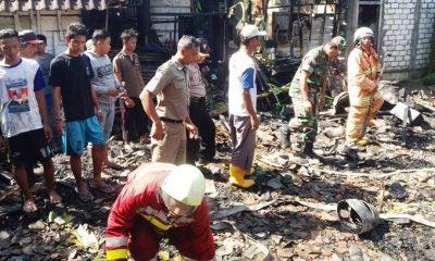TNI Koramil Kanor Dan Damkar Padamkan Kebakaran Rumah. (FOTO: NUSANTARANEWS.CO/Pen)
