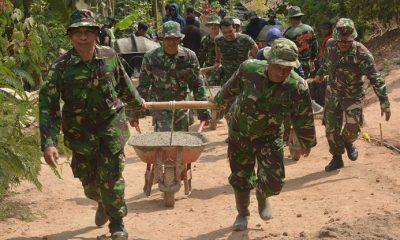 Kodim 0803/Madiun bersama Pemda, melalui kegiatan TMMD Ke-102 melaksanakan rabat jalan menuju tempat wisata Selo Gedong, Desa Bodag, Kec. Kare, Kab. Madiun, Kamis (26/7/2018). (FOTO: NUSANTARANEWS.CO/MD0803)