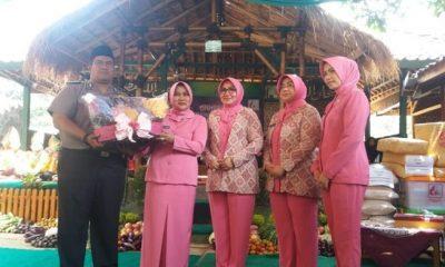 Abah Budiman tokoh pesantren Madinah Darul Berolah di Purwakarta mendapat cinderamata dari pengurus Bhayangkari Polda Jabar. (FOTO: NUSANTARANEWS.CO/Fuljo)