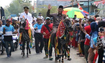 Camat Pragaan dan Wabup Sumenep berkuda di Pawai Pembangunan di Kecamatan Pragaan. (FOTO: NUSANTARANEWS.CO/Mahdi Al Habib)