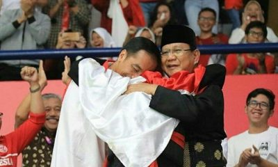 Capres Prabowo Subianto dan Capres Joko Widodo berpelukan usai pencak silat Indonesia keluar sebagai peraih medali emas di ASIAN Games 2018. (FOTO: NN/Istimewa)
