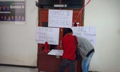Mahasiswa saat melakukan penyegelan di ruang Komisi II DPRD Sumenep. (FOTO: NUSANTARANEWS.CO/Kafi Hidayat)