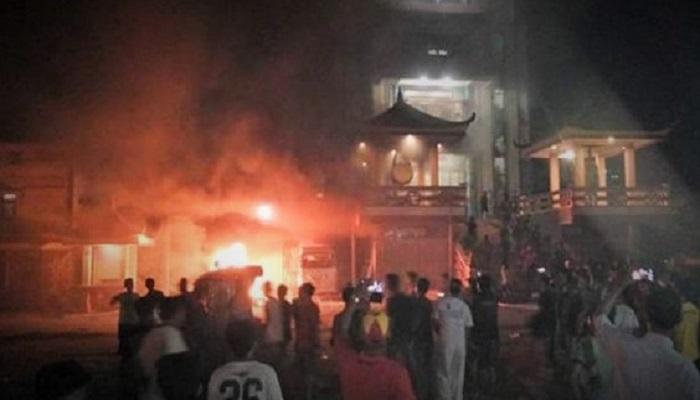 Vihara dibakar dalam kerusuhan massal di Kota Tanjung Balai, Sumatera Utara (Sumut), Sabtu (30/7). (Foto: dok. NUSANTARANEWS.CO)