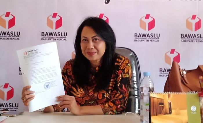 Odilia Amy Wardayani, S.Sos, Ketua Bawaslu Kabupaten Kendal, menunjukkan surat yang akan dikirimkan ke seluruh pimpinan Parpol di Kendal agar menaati peraturan dan undang-undang Pemilu. (FOTO: NUSANTARANEWS.CO/Muhamad Sulhanudin)