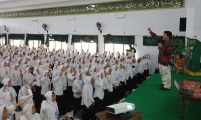 Ruchman Basori Kasi Kemahasiswaan Direktorat Pendidikan Tinggi Keagamaan Islam Kementerian Agama RI, saat menggembleng mahasiswa baru, peserta Pengenalan Budaya Akademik dan Kemahasiswaan (PBAK) IAIN Ternate, (FOTO: Dok. Kemenag)